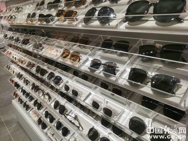 切勿贪图便宜 消费者选购太阳镜要注意检查镜片质量
