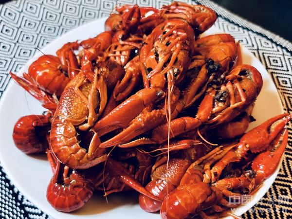 """吃小龙虾警惕""""龙虾病"""" 吃海鲜禁忌要知道"""