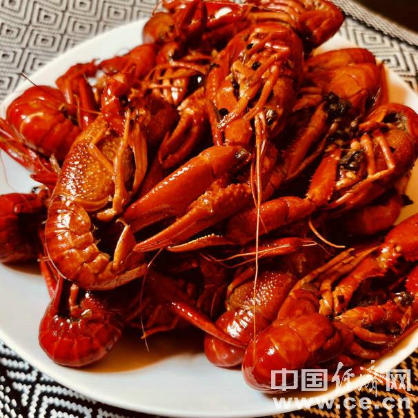 吃小龙虾时尽量少喝啤酒 过敏性体质人群谨慎食用